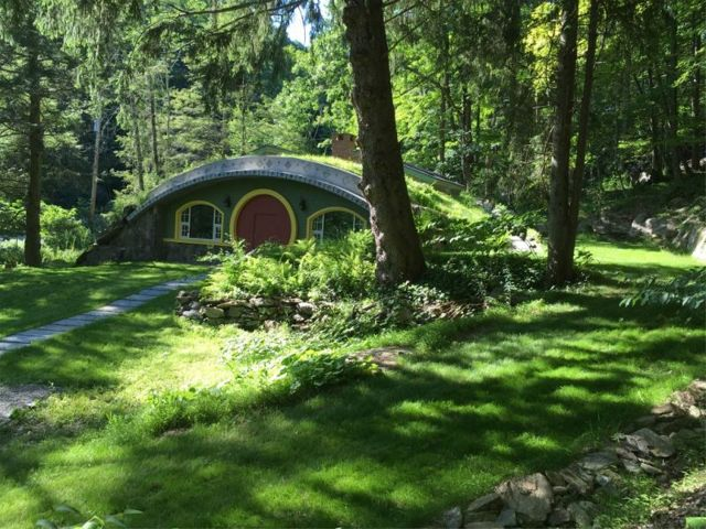 """Un fan al filmului """"Stăpânul Inelelor"""" și-a făcut propria casă-hobbit, eficientă energetic"""