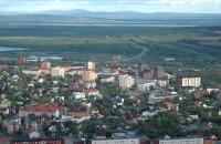 Orașul care fuge cu oameni și clădiri cu tot din calea minei ce stă să-l înghită Motivul pentru care cei 18.000 de oameni care locuiesc in prezent aici, deasupra cercului polar arctic, se vad nevoiti sa se mute vreo trei kilometri mai incolo