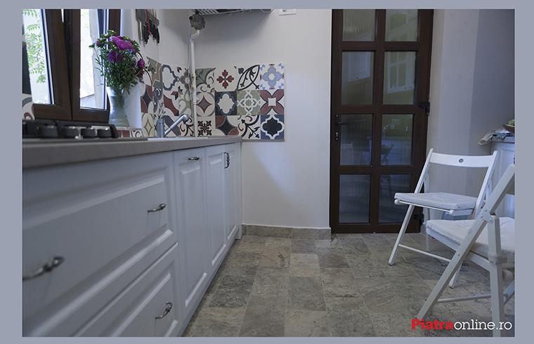 Apartament din zona Rosetti: bucatarie amenajata cu piatra naturala