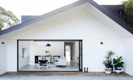 Extindere modulară transformă un bungalou din 1930 într-o casă modernă