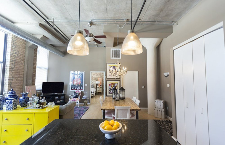 Un studio in care predomina contrastele