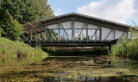 Casa pod construită peste un pârâu în mijlocul pădurii Casa proiectata de arhitectii rusi de la