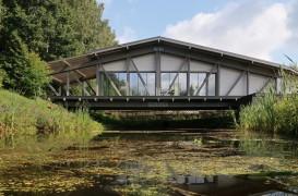Casa pod construită peste un pârâu, în mijlocul pădurii
