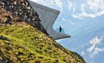 Muzeul Messner proiectat de Zaha Hadid strapunge versantii muntelui
