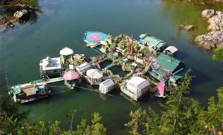 Un cuplu de artisti si-a construit, timp de 20 de ani, propria locuinta plutitoare