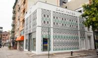 Mii de doze de aluminiu turtite decorează faţada unui magazin Magazinul ocupa o cladire veche situata