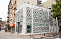 Mii de doze de aluminiu turtite decorează faţada unui magazin