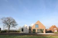 Renovarea unei case de tara  Biroul belgian de proiectare Atelier Tom Vanhee a lucrat la renovarea unei vechi case de tara cu exterior din caramida astfel incat sa o transforme intr-o locuinta eficienta si moderna.