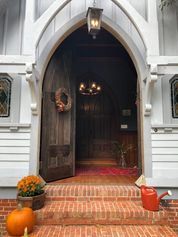 O biserică veche transformată într-o locuință pentru o familie cu trei copii