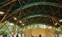 Frumusețe în natură: un amfiteatru din bambus asamblat în doar 25 de zile