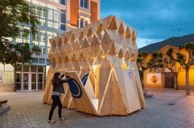 Un pavilion din lemn care se împăturește precum un origami