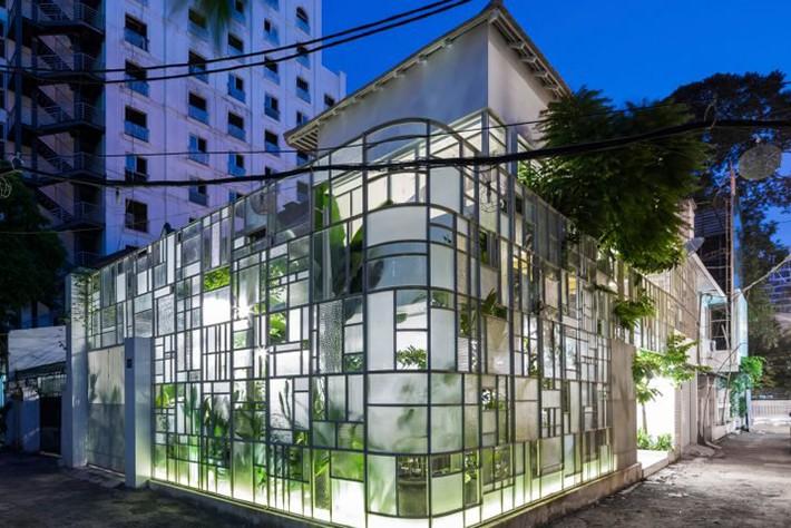 Fațada de sticlă a unui restaurant din Vietnam placată cu plante tropicale