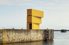Turn de sărituri făcut din trei containere de transport maritim
