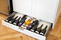 Soluții pentru a depozita sticlele de vin în bucătărie