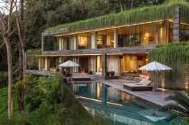 O vilă elegantă care pare una cu jungla din jur