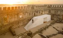 Un monolit de calcar intr-o fortareata medievala