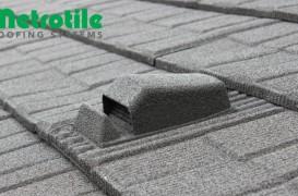Acoperișul cu tiglă metalică cu piatră naturală METROTILE se montează în sistem ventilat