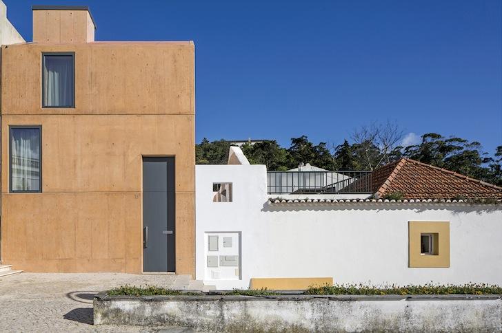Casa Ze, exterior din beton, interioare din lemnul folosit pentru cofraje