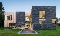 Design modern si elemente rustice intr-o casa construita cu materiale naturale Echipa SIMARD Architecture combina in