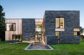 Design modern si elemente rustice intr-o casa construita cu materiale naturale