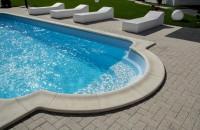 Care este rolul pavajului și al bordurii în amenajarea unei piscine