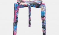 Un designer face scaune colorate din măşti chirurgicale folosite Kim a instalat in campusul universitatii sale