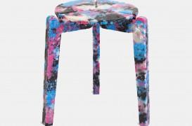 Un designer face scaune colorate din măşti chirurgicale folosite