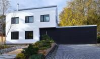 Baloti din paie creeaza o casa eficienta termic Arhitectul Nicolas Koff a decis sa construiasca peretii locuintei K din baloti de paie de 40cm grosime, asigurand astfel un nivel ridicat de izolare care a redus semnificativ consumul de energie.