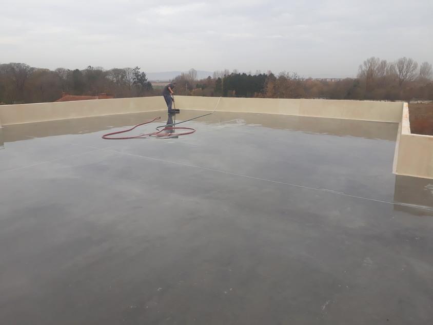 Hidroizolare avansată pentru acoperișuri și terase din beton cu trafic. Elimină membrana clasică de hidroizolare