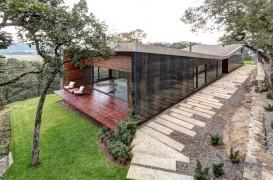 Un acoperis fluture ascunde o casa moderna pe dealurile Mexicului