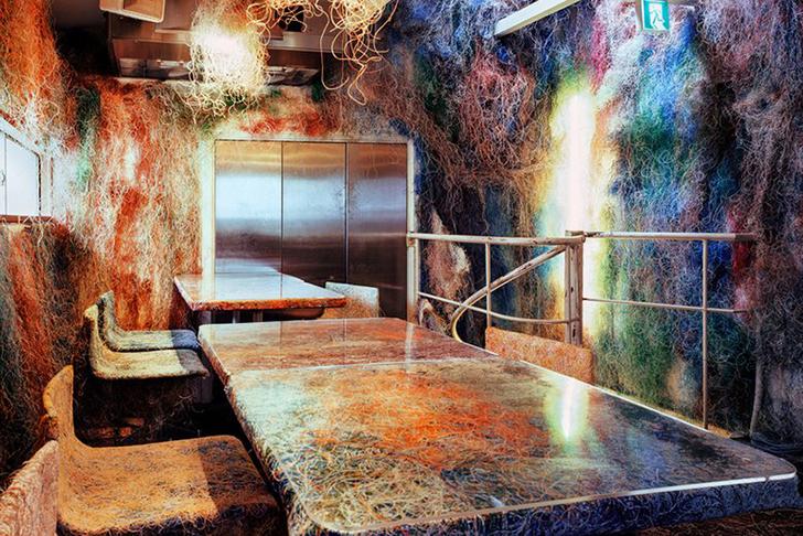 Un restaurant decorat cu mii de cabluri si fire acrilice