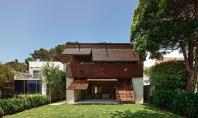 Casa Pittwater isi cauta racoarea in anvelopanta compusa din obloane rabatabile Parcurgand exemplele arhitecturii moderne observam