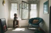 Amenajarea unui apartament pornind de la mobilierul refolosit Dani si Will locuiesc la etajul al treilea al unei vechi case in stil Victorian din Heritage Hill, cartierul istoric din zona de est a orasului Grand Rapids. Apartamentul pe care il detin este compus in pricipal din obiecte vechi si ieftine.