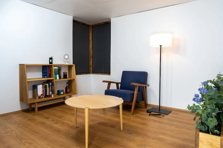 Un living fără prize şi cabluri: Camera de încărcare wireless