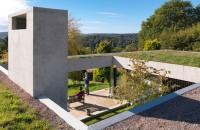 Un acoperis verde asigura continuitatea casei in peisajul inconjurator