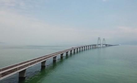 Se deschide cel mai lung pod peste apă: 55 de kilometri, 400.000 de tone de oțel și un tunel submarin