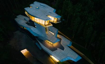 """Singura casă privată realizată de Zaha Hadid, o """"navă spațială"""" în inima unei păduri din Rusia, tocmai a fost finalizată"""