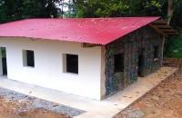 Satul în care casele sunt construite din PET-uri