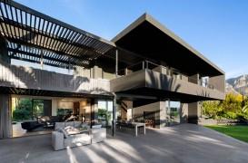 O casă în tonuri închise, dar cu un aspect modern și îndrăzneț