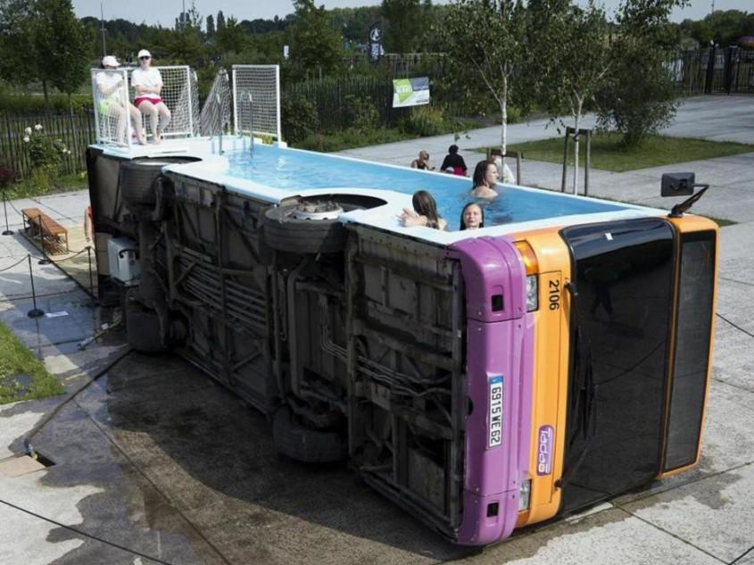 Un autobuz vechi a fost transformat într-o piscină încăpătoare