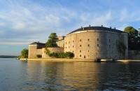 Cetatea Vaxholms Cetatea Vaxholms (Vaxholms Kastell) este situata pe o mica insula. Primele cetati au fost construite in secolul al 16-lea, iar in 1719 au impiedicat rusii sa atace orasul Stockholm.