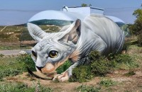 Un artist francez a transformat o cisternă veche într-o pisică Sphynx uriaşă