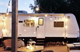 O familie din California a transformat o rulotă veche într-o locuință pentru cinci persoane, cu 3.000 de dolari