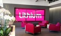 Un spatiu de lucru care combina elemente de design din stiluri diferite Lumini stralucitoare de neon