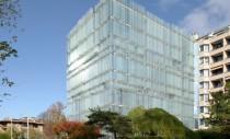 Clădire ventilată natural ce licărește în soare asemeni unui miraj