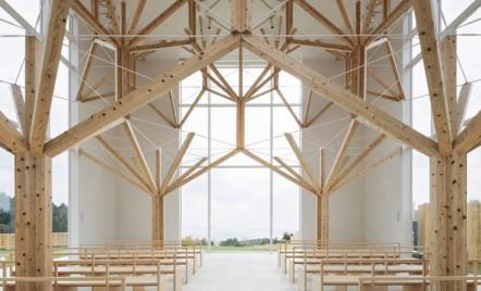 """O capelă care are o """"pădure"""" la interior, dar rămâne minimalistă"""