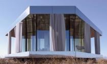 O casă din sticlă ce rezistă și la temperaturi extreme