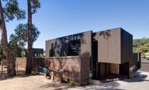 Casa cu interioare adaptate terenului in panta si conditiilor de clima