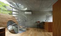O casa in Byoubugaura ingramadita intre alte constructii Arhitectul nipon Takeshi Hosaka este autorul unei locuinte