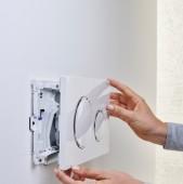 Este eficien DAR evacuarea este gresita nici un filtru nu retine 100% 2 mirosurile din baie